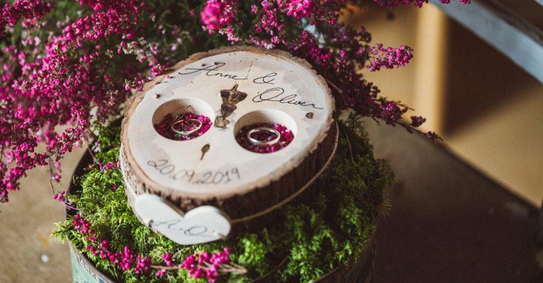 DIY Hochzeit: Ringkissen aus einer Baumscheibe selber bauen